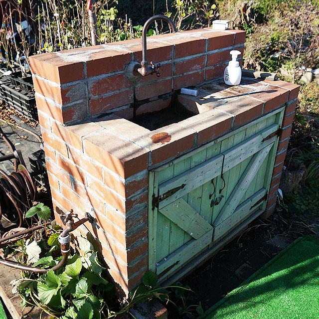 園長の力作DIYの手洗い場です。きれいに手を洗ってください(*^-^)
